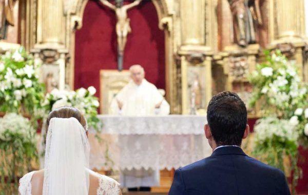 Novios en el altar