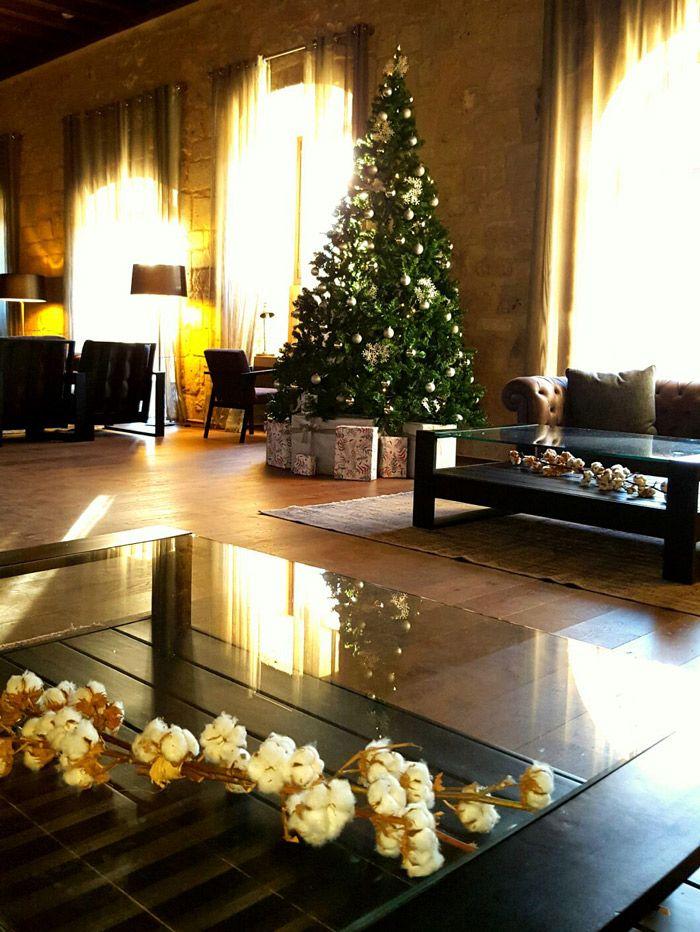 Árbol de navidad en un hall
