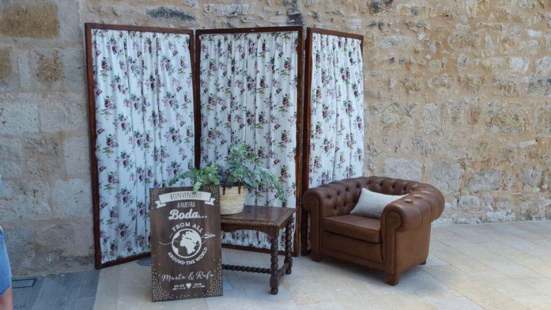 Rincón frente a castillo con biombo y sofá