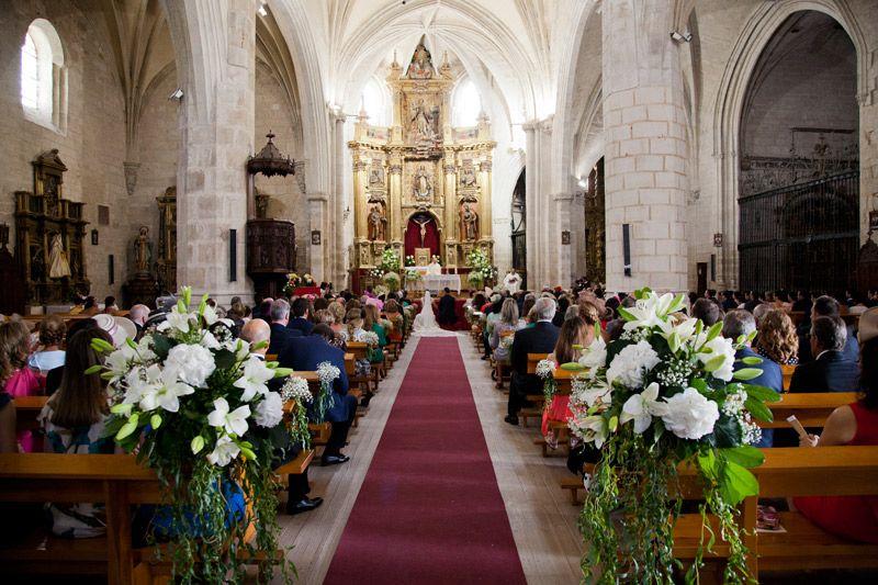 Vista general de la iglesia con novios en el altar