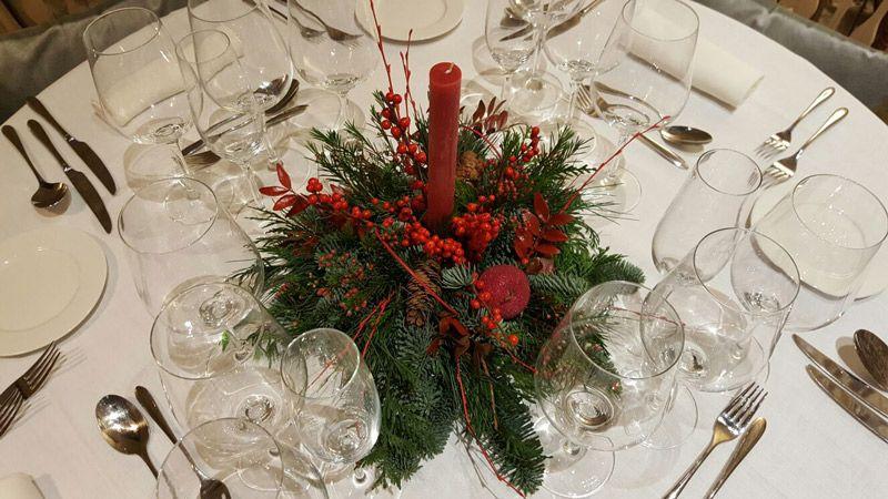 Centro floral en una mesa preparada