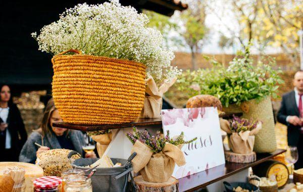 Cesto con flores y productos caseros