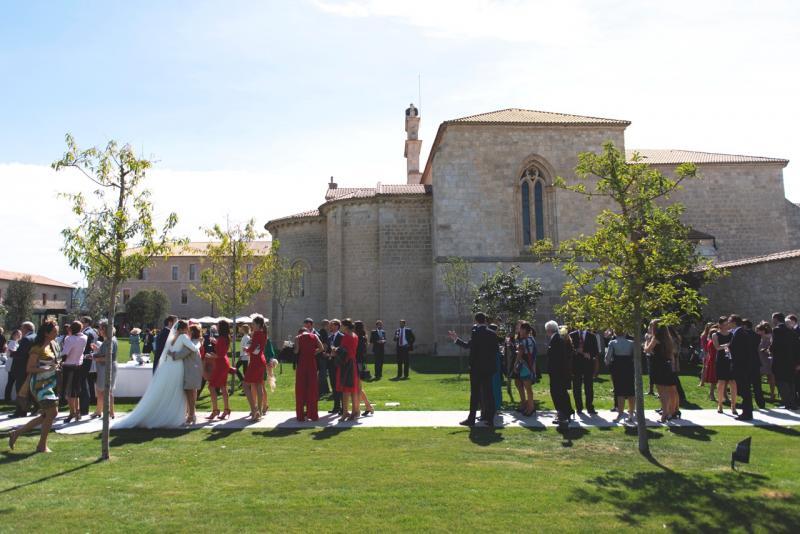 Vista de la novia en los exteriores de la iglesia