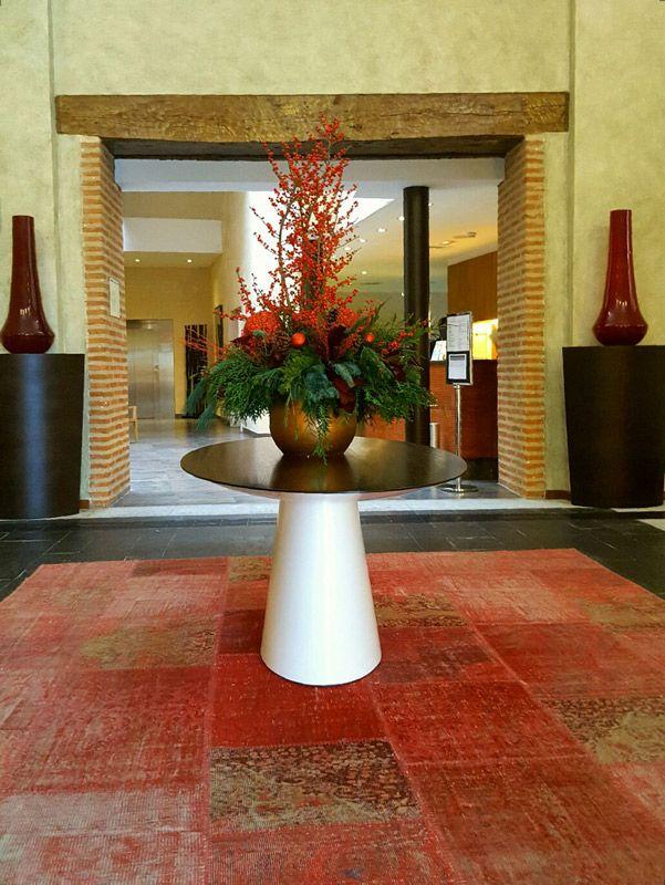 Gran jarrón floreado en el centro del hall