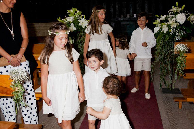Niños vestidos de blanco saliendo de la iglesia