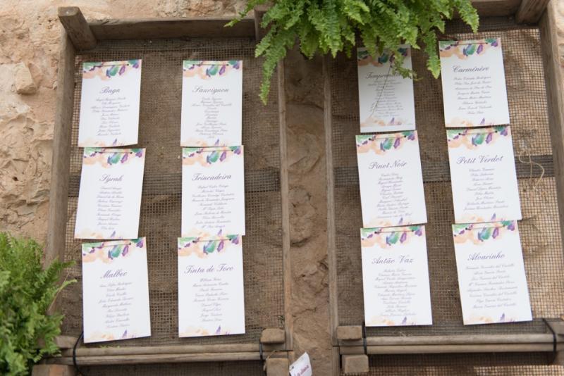 Notas colgadas de un muro para los invitados