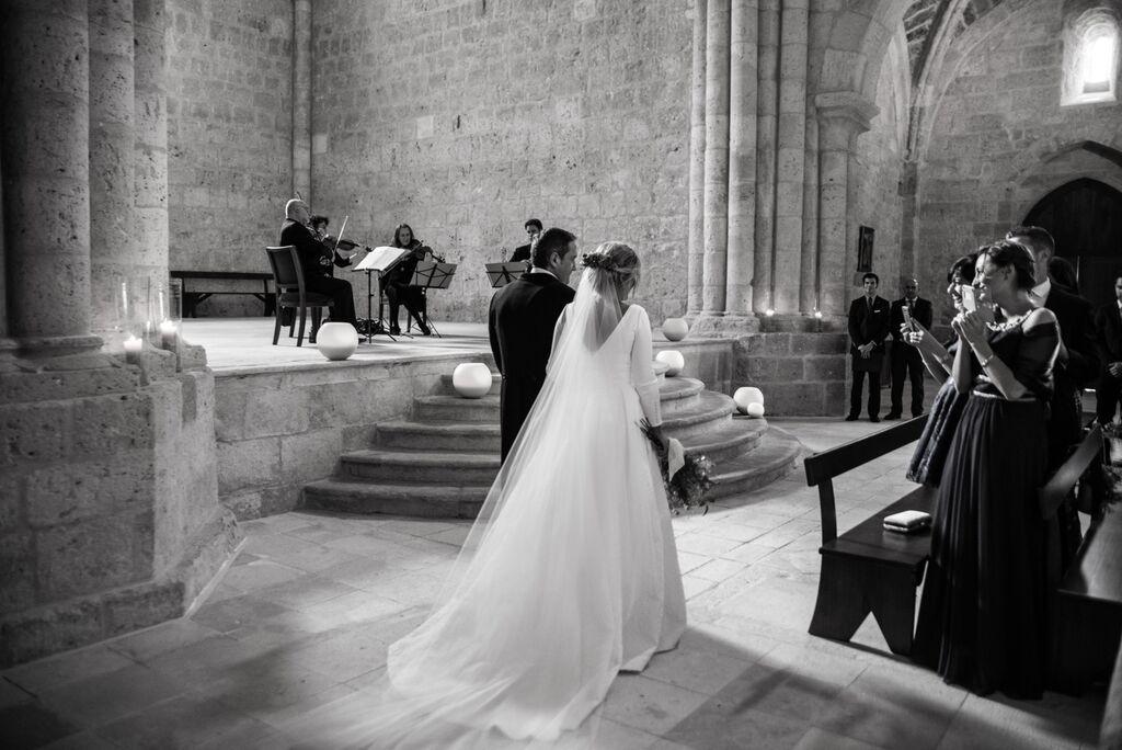 Padre llevando a la novia al altar