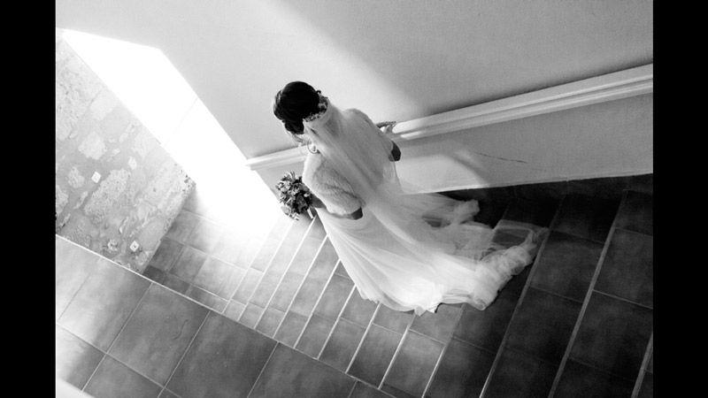 Novia bajando una escalera