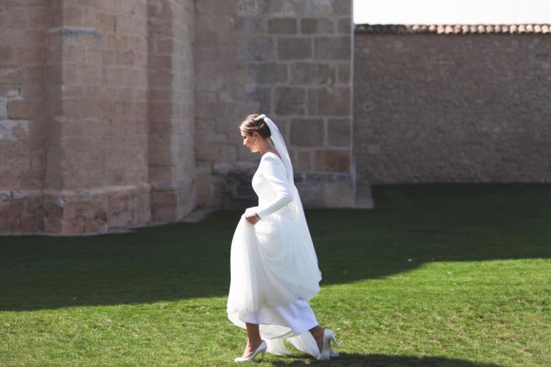 Novia caminando frente al castillo