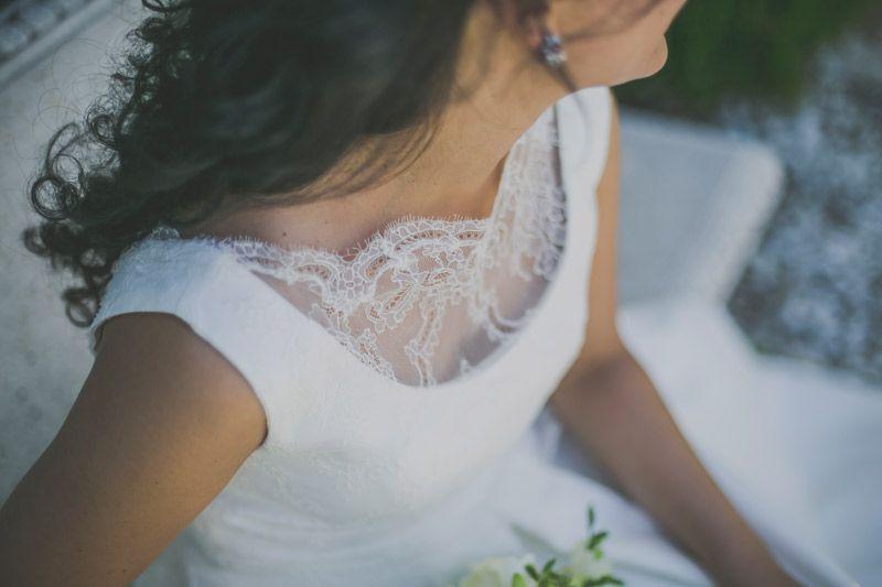 Detalle de la parte delantera del vestido de la novia