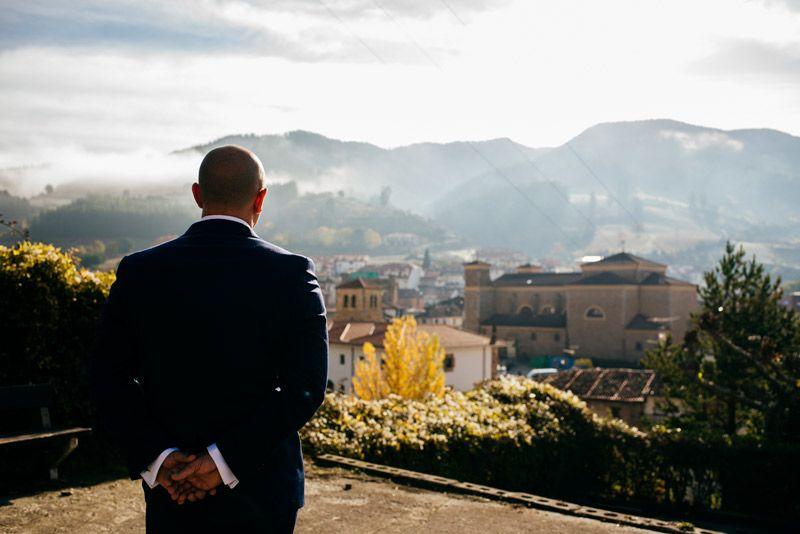 Novio de espaldas observando el paisaje