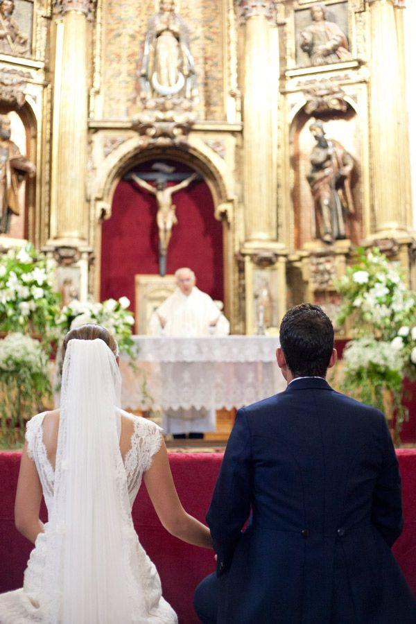 Novios de espaldas en el altar