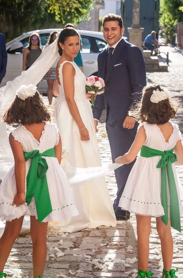 Niñas llevando la cola de la novia