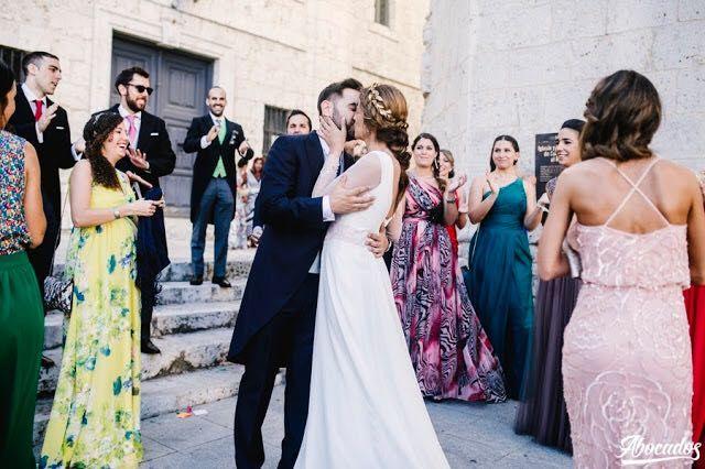 Novios besándose al salir de la iglesia