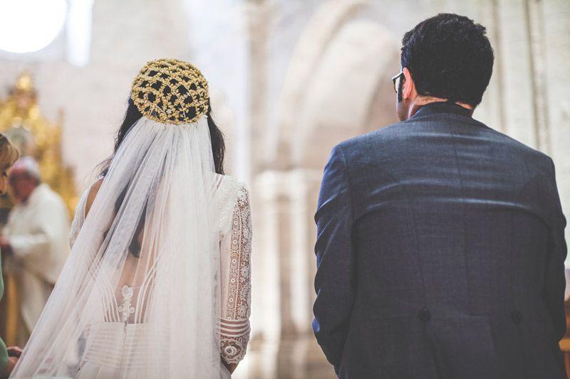 Novios de espaldas recibiendo el matrimonio