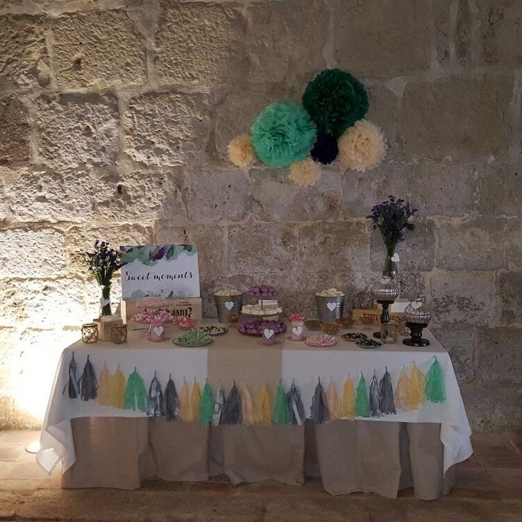 Mesa con dulces para los invitados