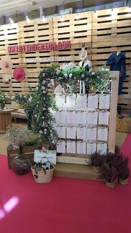 Panel decorado con tarjetas para los invitados