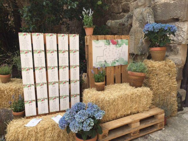 Rincón campestre con balas de paja y flores
