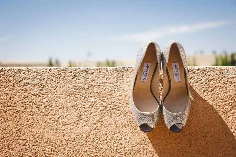 zapatos de la novia colgando de un muro