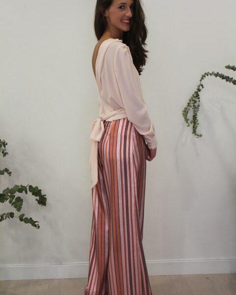 Blusa rosa con escote en la espalda