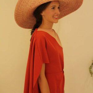 Vestido corto con capa
